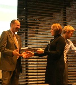 Agnar Aas mottar boken av Sissel Riibe og Henning Weyergang-Nielsen