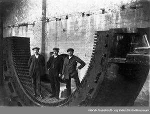 """""""Montering, generator, Tysso I, Tyssedal kraftstasjon, tre tyske montørar"""" Foto: Norsk Vasskraft og Industristadmuseum. Fra ca 1914-1918. Et av mange bilder du nå finner på Digitalt museum."""