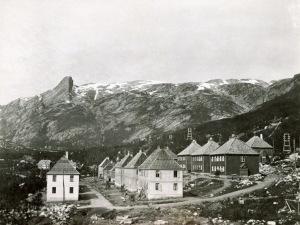 Glomfjord - oppføring arbeiderboliger med kraftledning i bakgrunnen- Statkraft