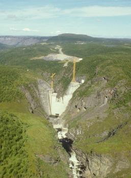Alta-dammen under bygging. Foto: Knut Ove Hillestad/NVE, 1986.