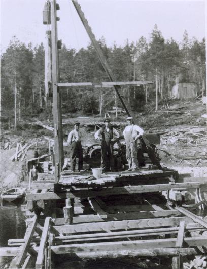 Bygging av fangdam. Arbeidere som poserer på fangdamkonstruksjonen. Foto: NVEs fotoarkiv