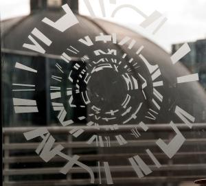 På glassdørene er det brukt en abstraksjon av rotunden i frostet glass, som skal bedre dørenes synlighet.