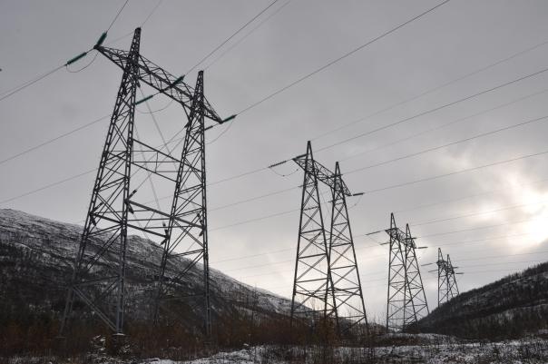 Forankringsmaster på de fire parallelle ledningene som går ut fra koblingsanlegget ved Straumsmo kraftstasjon
