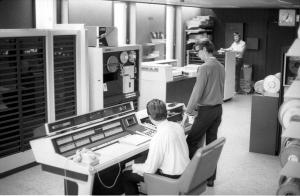 Mesteparten av underetasjen og 1. etasje ble brukt til lagring og servicefunksjoner som sentralbord, trykkeri, post, bibliotek, foredragssal og telefonsentral. Foto: Henrik Svedahl