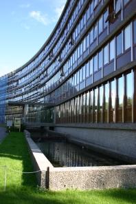 NVE-huset, hovedinngang med vannbasseng i naturbetong, utformet av Tandberg. Foto: Rune Stubrud, 2006, NVE.