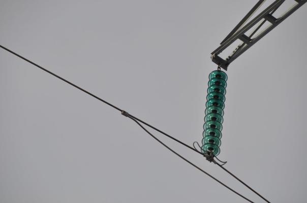 Simplexline og hengeisolatorer av glass. Foto Sissel Riibe, NVE