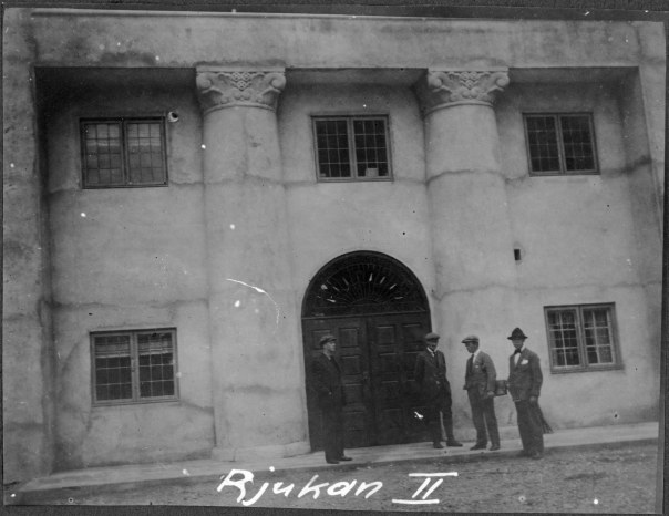 Hovedinngangen fra vest ca 1920. NVEs fotoarkiv