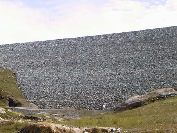 Dam Storglomvatn representerer steinfyllingsdammer av enorme dimensjoner i et nordnorsk høyfjellslandskap. Lokaliseringen i nærheten av en av landets største isbreer bidrar med et dramatisk aspekt, og tilknytningen til 100-årig industrihistorie gir en rik historisk kontekst. Dammen representerer et viktig norsk kraftverkshistorisk miljø og illustrerer moderne damanleggsutforming. Objekt nr. 14 i NVEs temaplan 'Dammer som kulturminner' fra 2013.