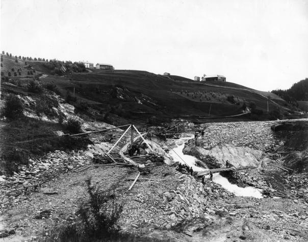 Helgådalen, Verdal. Bildet tatt rundt 1900 og viser sikringsarbeider etter raskatastrofen i 1893.
