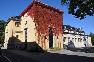 Ullevål Transformatorstasjon. 1920-talls bygg tegnet av Thorvald Astrup, og nyere bygning tegnet av Geir Grung.