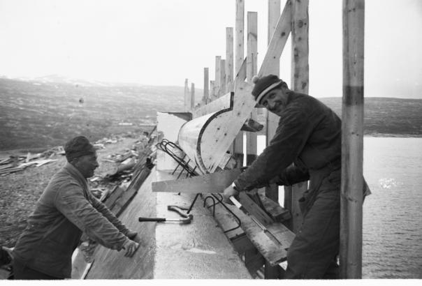 Bygging av bølgeskjermen på Aursjødammen