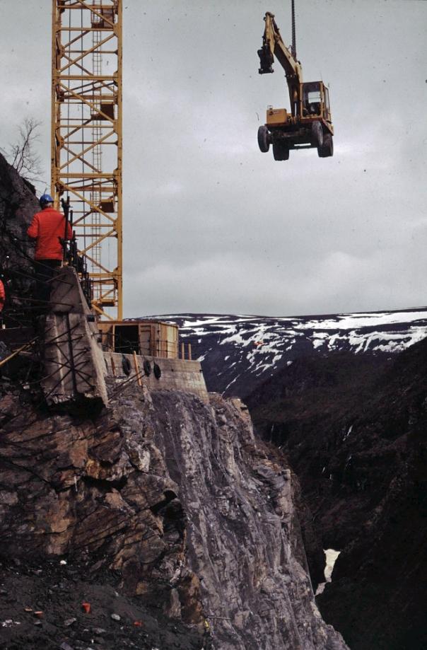 Alta kraftverk - heising av gravemaskin ved dammen